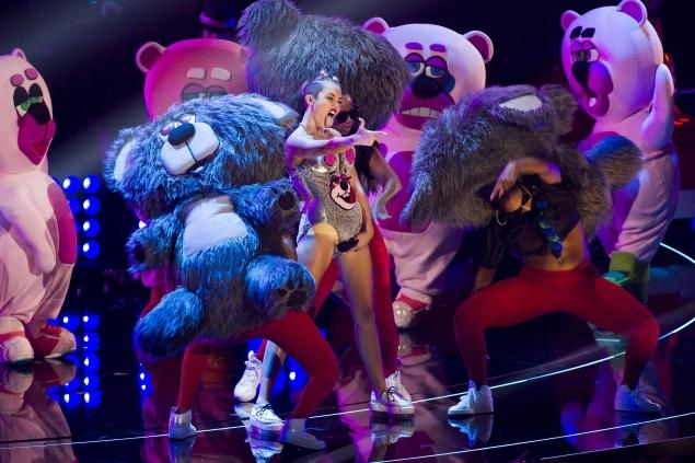 miley-2013-mtv-video-music-awards-show-bears